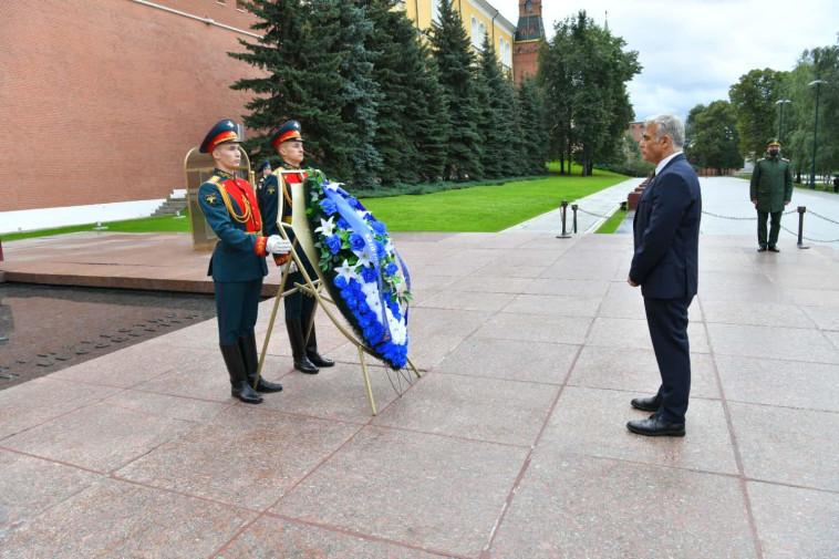 יאיר לפיד בקבר החייל האלמוני במוסקבה (צילום: שלומי אמסלם, לע״מ)