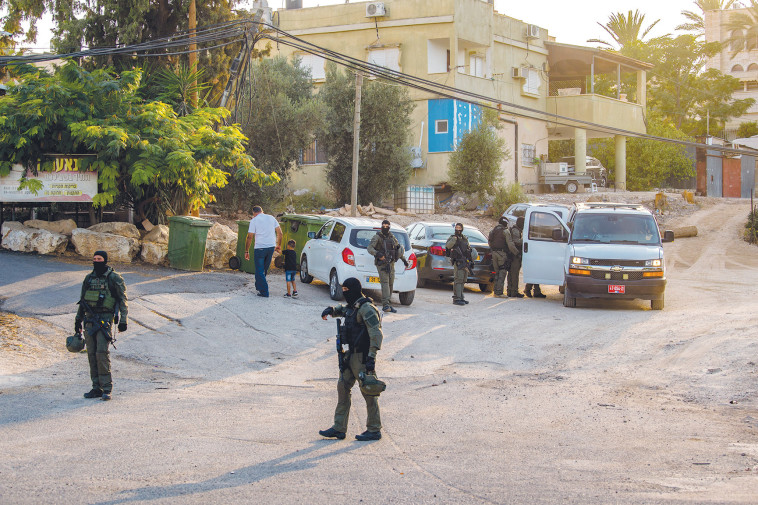 Police forces in the area of Kfar Na'ura in search of the prisoners who escaped from Gilboa Prison (Photo: Flash 90)