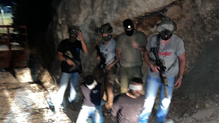 זביידי ומחבל נוסף לרגליהם של כוח ימ''מ (צילום: משטרת ישראל)