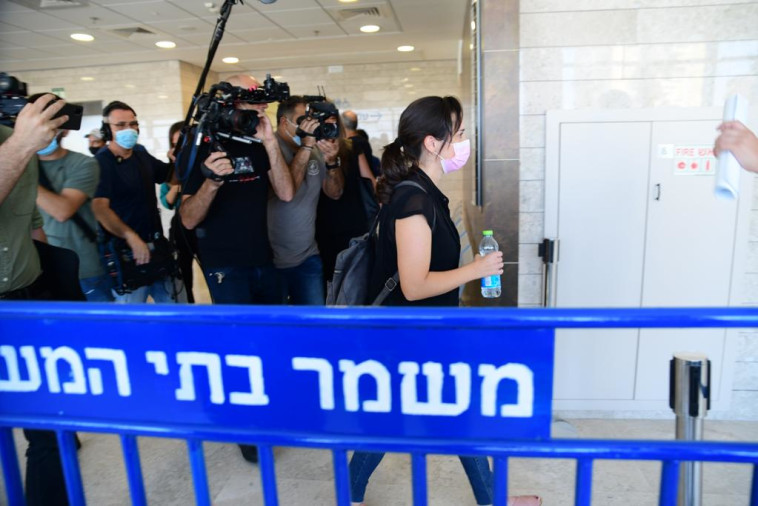 לירון דרור בכניסה למשפטו של ברק בן עמי (צילום: אבשלום ששוני)