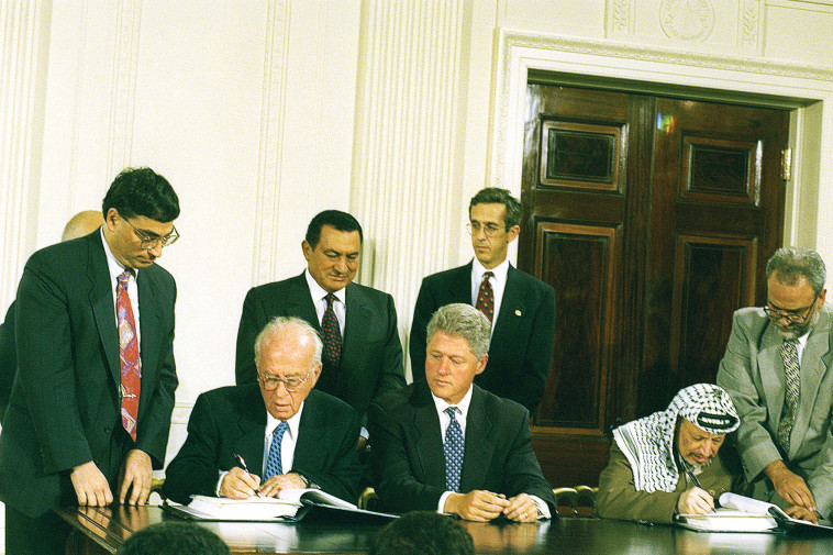 יואל זינגר יחד עם יצחק רבין, חתימת הסכמי אוסלו (צילום: יעקב סער, לע''מ)