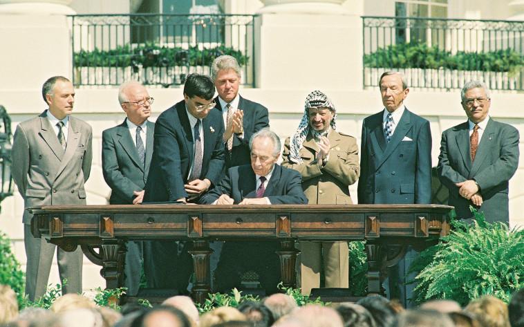 יואל זינגר יחד עם יצחק רבין, במעמד החתימה על הסכמי אוסלו (צילום: אבי אוחיון, לע''מ)
