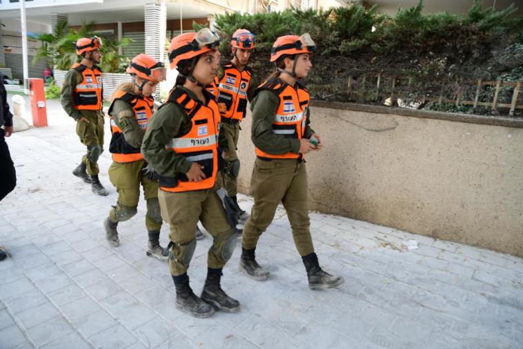 כוחות פיקוד העורף מגיעים לאזור קריסת הבניין בחולון (צילום: אבשלום ששוני)