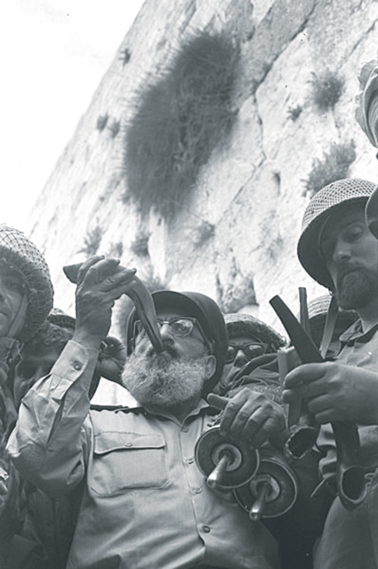 הרב גורן בכותל המערבי, שנת 1967 (צילום: לע''מ)