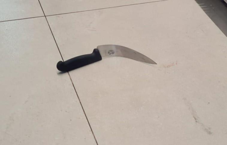 הסכין בו השתמש המפגע (צילום: דוברות המשטרה)