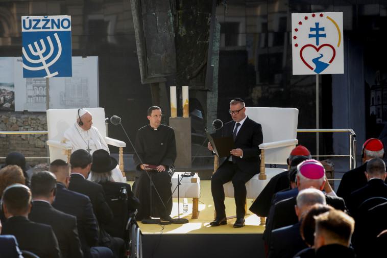 האפיפיור והקהילה היהודית בברטיסלבה (צילום: REUTERS/Remo Casilli)