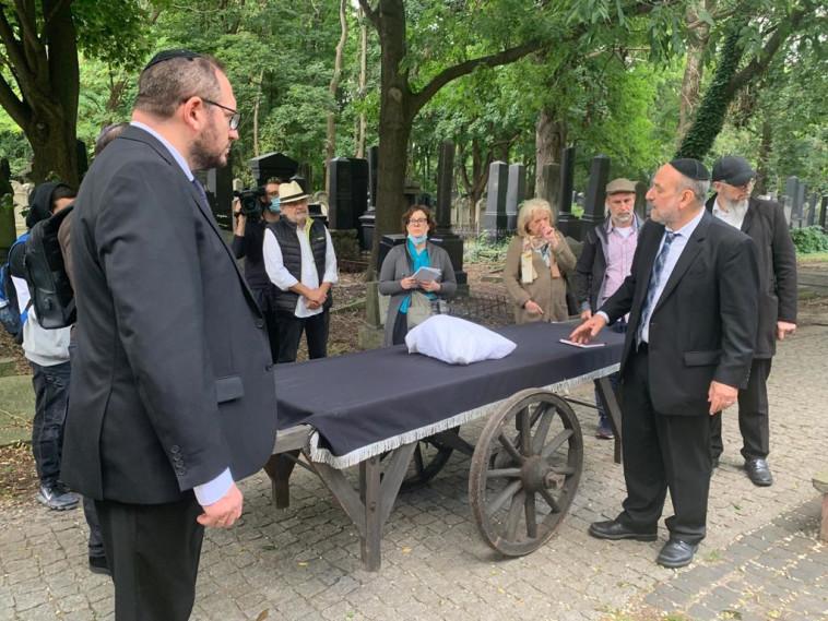 טקס הקבורה שנערך לשרידי הקורבנות בגטו ורשה (צילום: באדיבות הקהילה היהודית, ורשה)