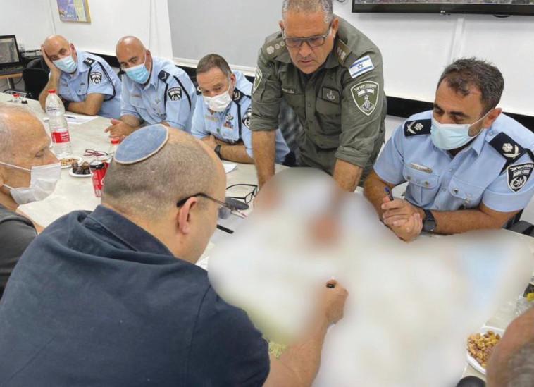 בנט בחדר המצב של המשטרה (צילום: לשכת ראש הממשלה)