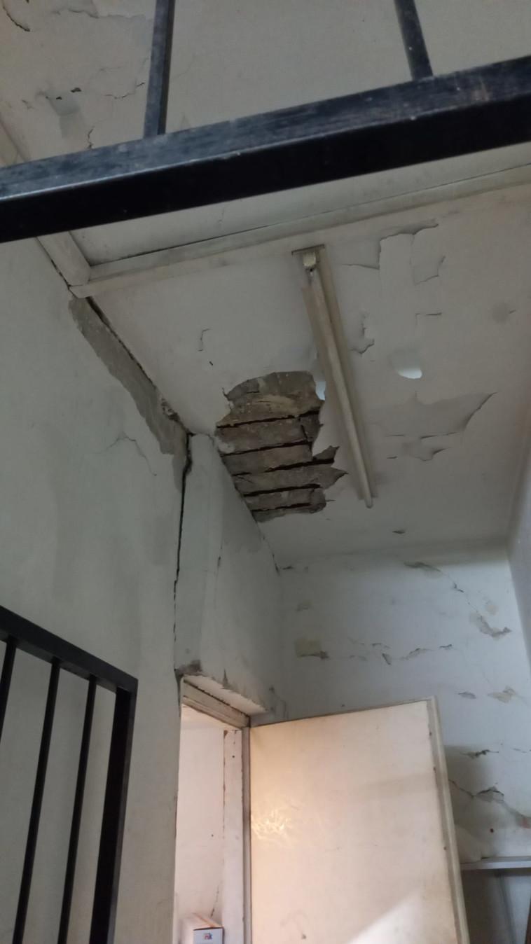 סדק בבניין שפונה (צילום: דוברות כב''א)