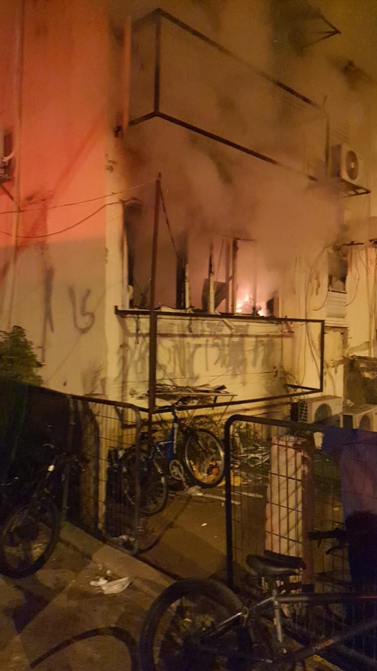 השריפה בבניין המגורים בפתח תקווה (צילום: דוברות כבאות והצלה לישראל מחוז מרכז)
