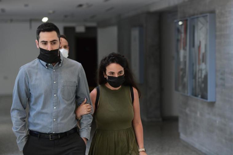 גלי פלג ובעלה רון פרי מגיעים לבית המשפט (צילום: אבשלום ששוני)