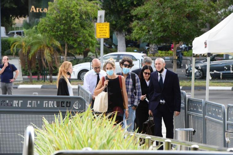 איה בירן מגיעה לבית המשפט, מלווה באחיה חגי בירן ועורכי דינה (צילום: אבשלום ששוני)