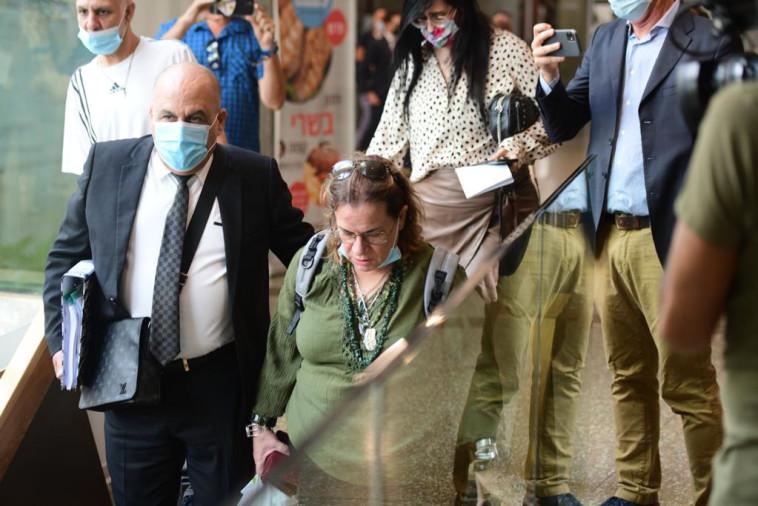 הסבתא אתי פלג מגיעה לבית המשפט בתל אביב (צילום: אבשלום ששוני)