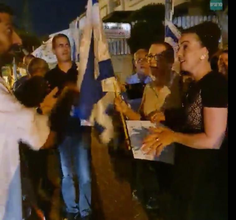 הפגנה מול ביתה של סילמן  (צילום: צילום מסך אתר רחובות ניוז)