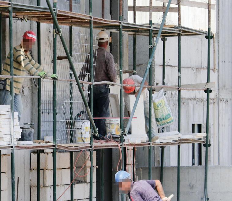 פועלים באתר בניה במודיעין (צילום: דני מרון)