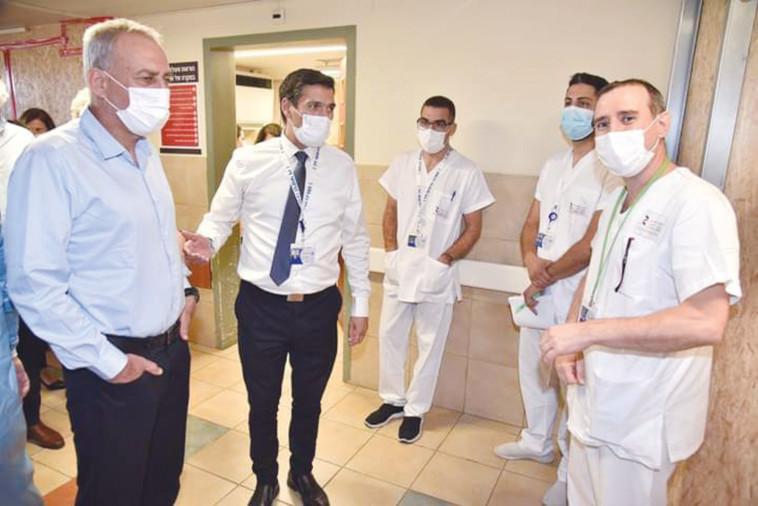 בכירי משרד הבריאות בביקור בבית חולים (צילום: דוברות בית החולים זיו בצפת)