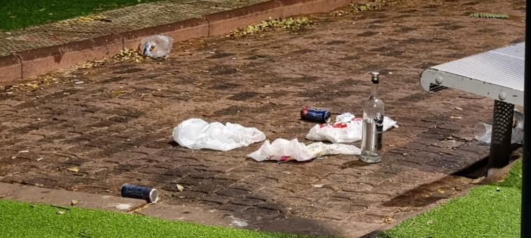 בקבוק האלכוהול שאותר בזירת הירי בפתח תקווה (צילום: אלון חכמון)