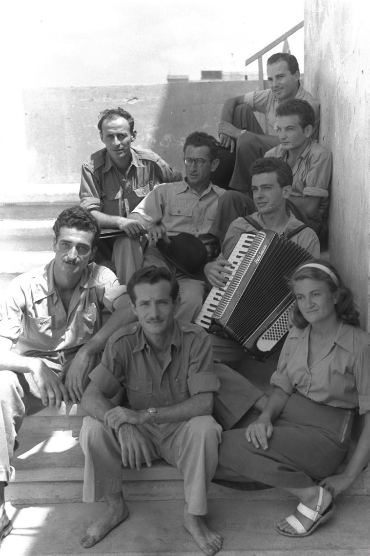 נעמי פולני עם הצ'יזבטרון בספטמבר 1949. לידה חיים חפר וגדעון זינגר, ומימין שני מלמעלה שייקה אופיר (צילום: לע''מ)