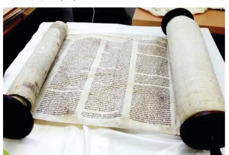 ספר התורה של קהילת ויסלוך (צילום: ארכיון ''שם עולם'')