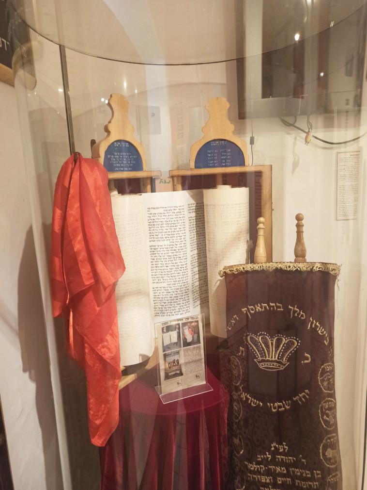 ספר תורה של קהילת אלזס בצרפת (צילום: מוזיאון גוש קטיף)