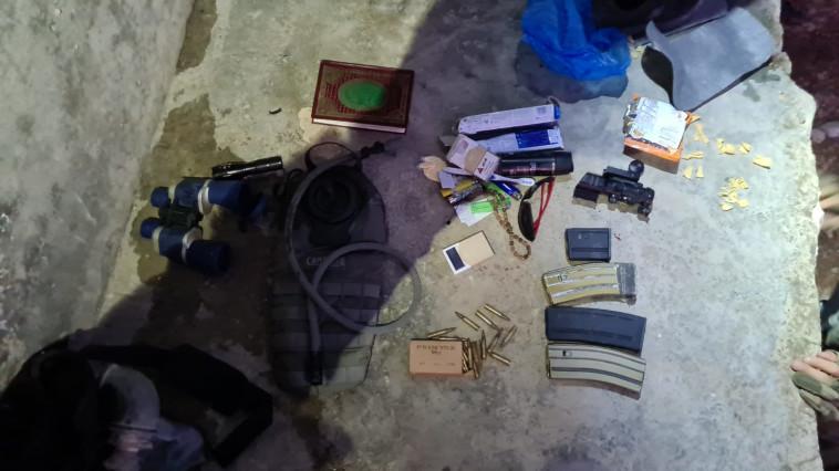 אמצעי לחימה שנמצאו במהלך פעילות של לוחמי הימ''מ ושב''כ בעיירה בידו (צילום: דוברות המשטרה)