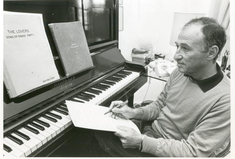 דובי זלצר ליד הפסנתר (צילום: הנס אנגלסמן)