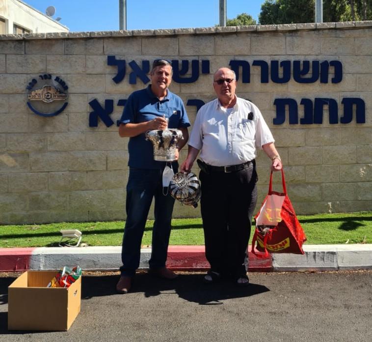 השוטרים החזירו את כלי הכסף לבית הכנסת (צילום: באדיבות ועד בית הכנסת)