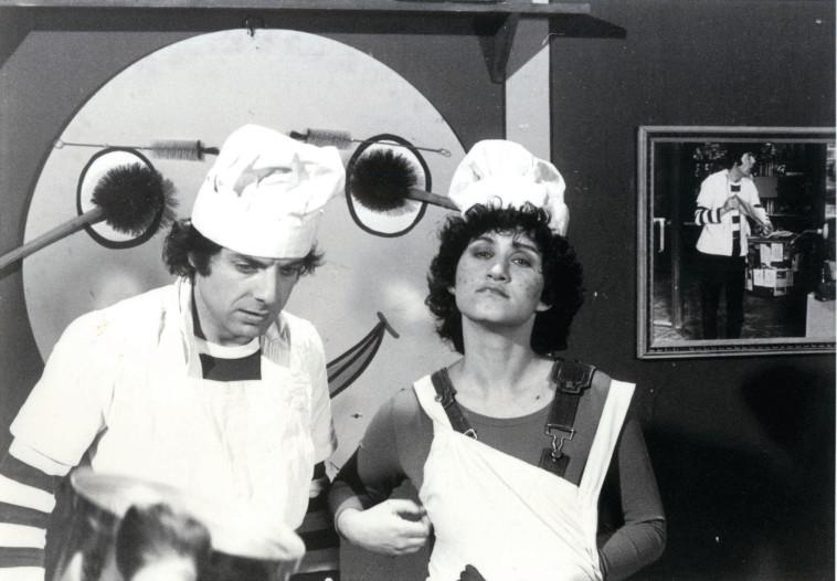 ציפי מור (מימין) וספי ריבלין ז''ל ב''בבית של פיסטוק'' (צילום: הטלוויזיה החינוכית)