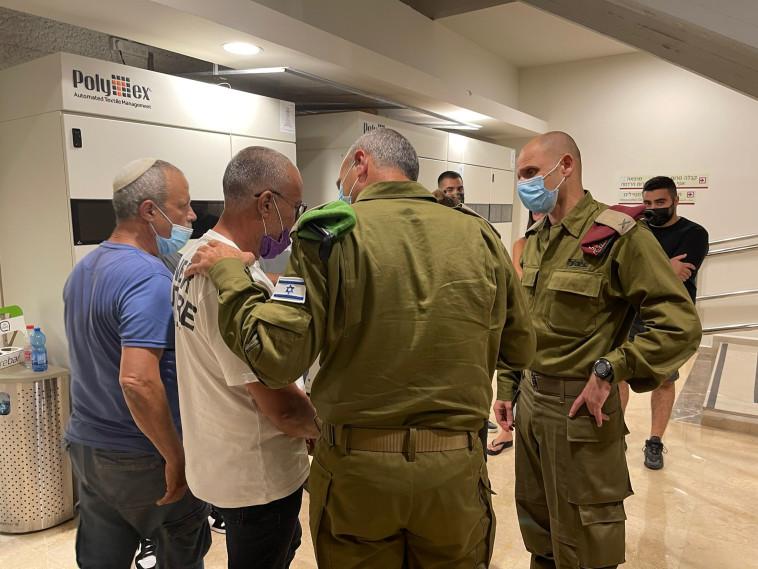 אלוף פיקוד המרכז יהודה פוקס ומפקד איוש תא״ל יניב אלאלוף מבקרים את הפצועים (צילום: דובר צה''ל)