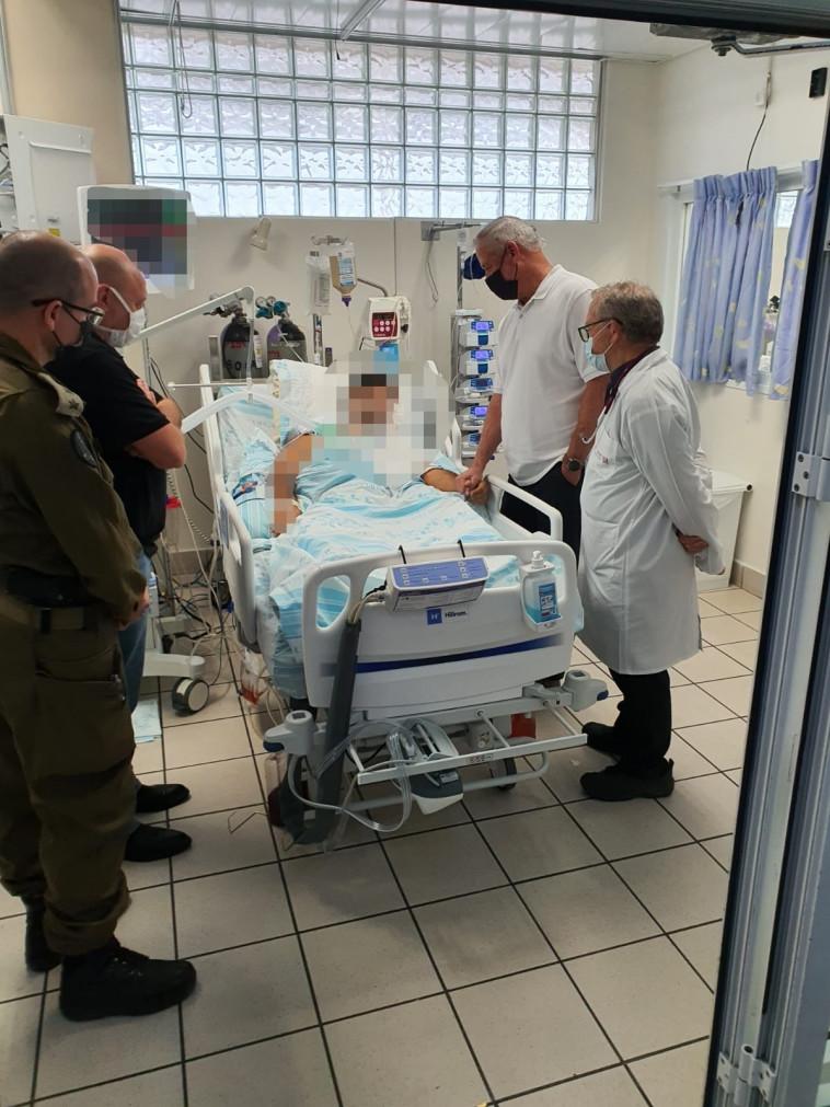 בני גנץ ביקר את הקצין והלוחם מדובדבן (צילום: תקשורת שר הביטחון)