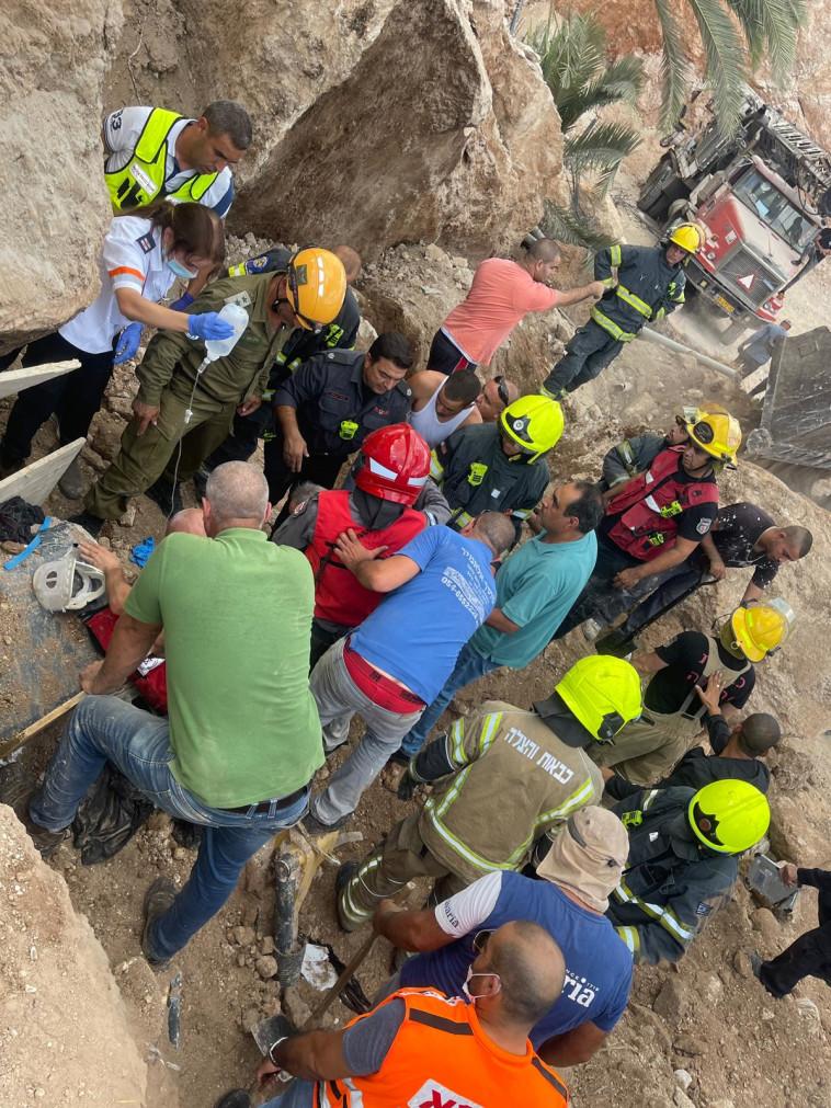 חילוץ לכודים בקריסת הקיר בכפר כנא (צילום: תיעוד מבצעי מד''א)
