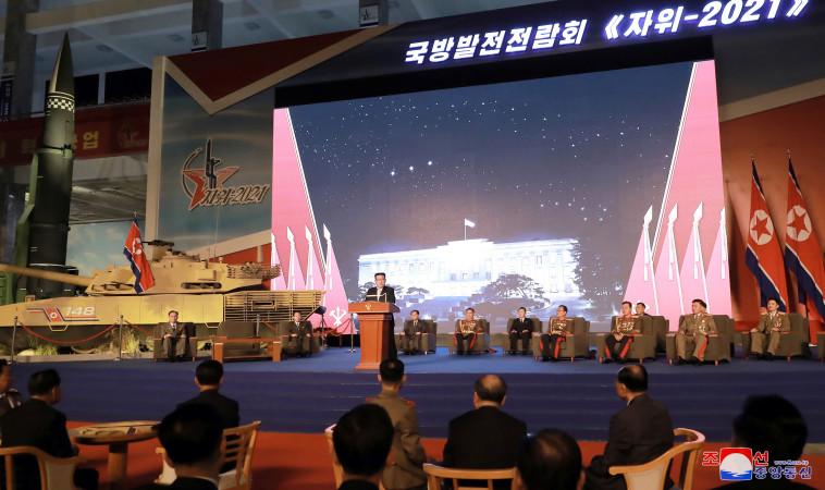 ג'ונג און ב'תערוכת הפיתוח הביטחונית' (צילום: KCNA via REUTERS)