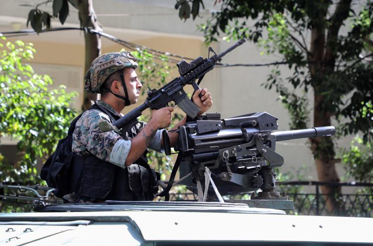 חייל לבנוני בביירות לאחר הירי בהפגנה (צילום: רויטרס)