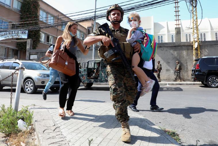 Soldados evacuan a civiles en el Líbano (Foto: REUTERS / Mohamed Azakir)