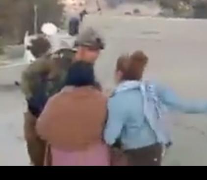 נערה פלסטינית תוקפת חייל