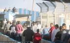 שוטרים ופלסטינים במחסום קלנדיה