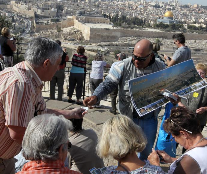 תיירים על הר הזיתים בירושלים