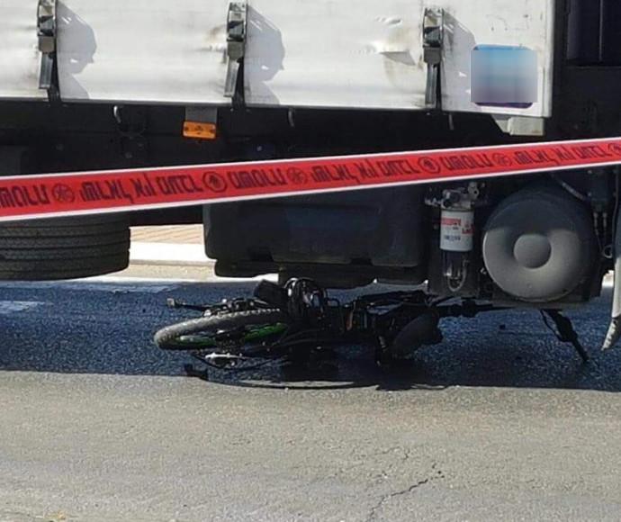 רוכב אופניים חשמליים בן 13 נדרס על ידי משאית