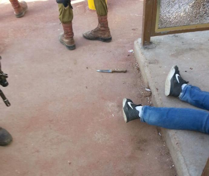 גופת המחבל והסכין שנשא עליו במחסום עפרה