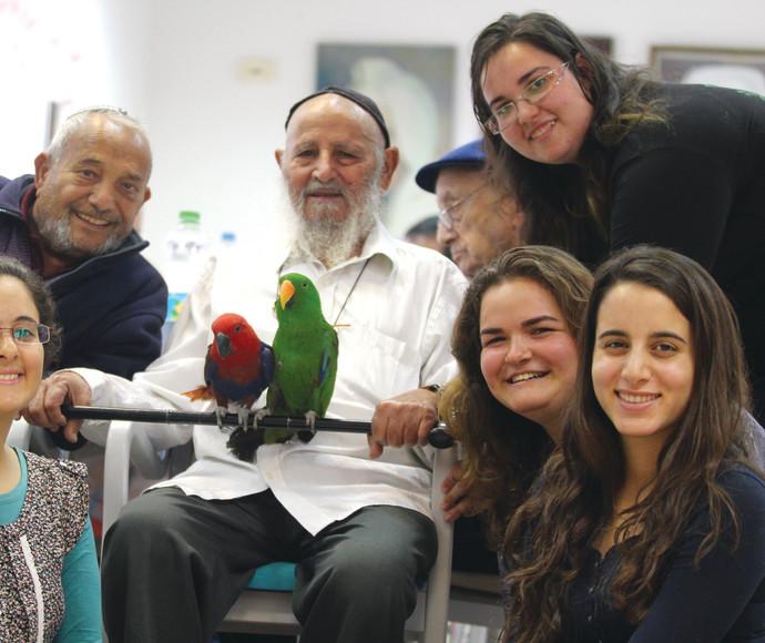 מתנדבות שירות לאומי במרכז לקשיש