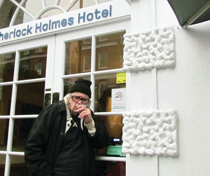 """נתן זהבי מחוץ למלון """"שרלוק הולמס"""" בלונדון"""