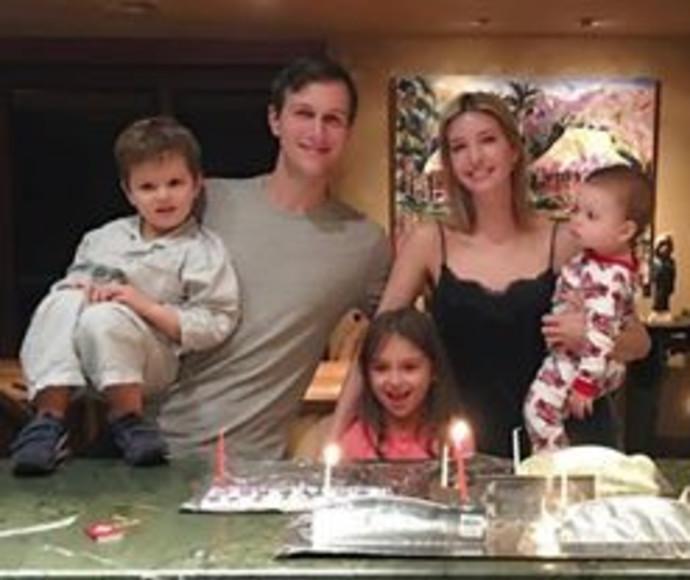 איוונקה טראמפ ומשפחתה מדליקה נרות