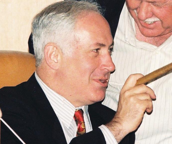 בנימין נתניהו מעשן סיגר