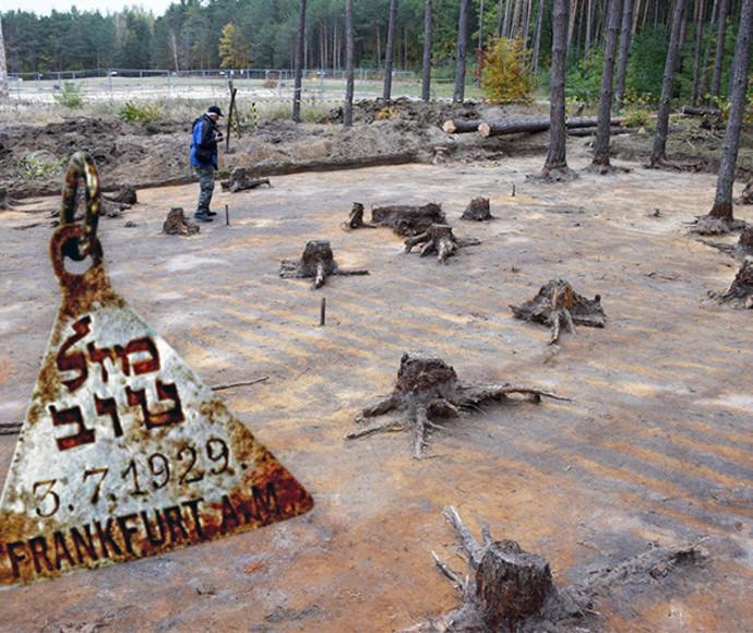 """חפירות ארכיאולוגיות בסוביבור, פולין. התליון השייך לקרולינה כהן ז""""ל"""