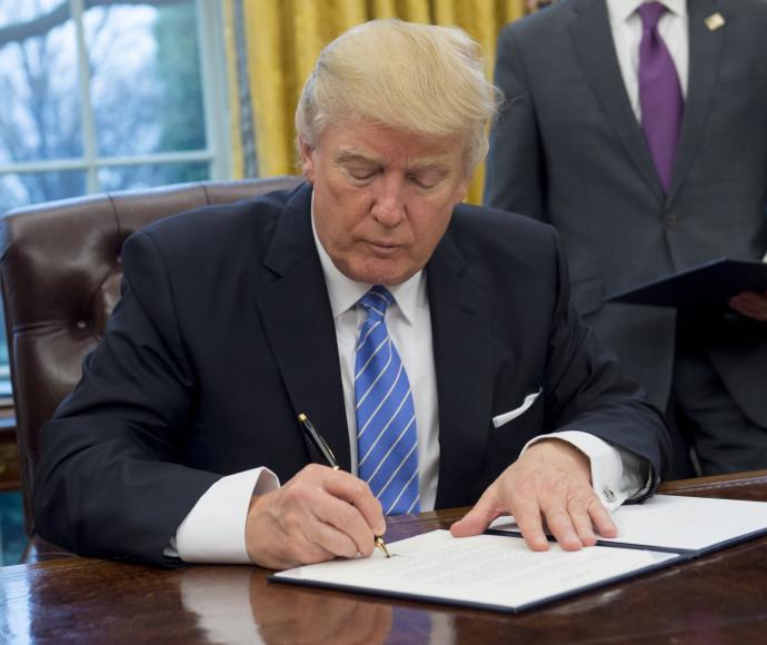 דונלד טראמפ חותם על צו נשיאותי