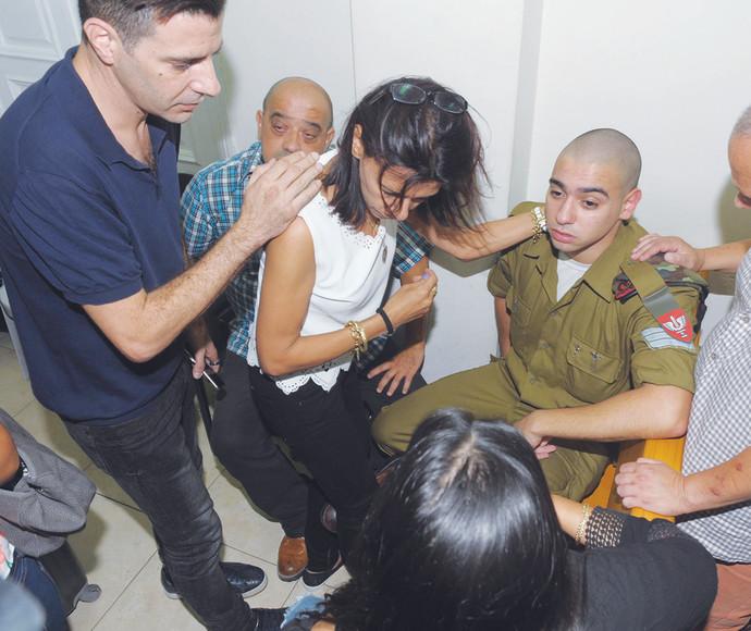 שרון גל תומך במשפחת אזריה במהלך המשפט