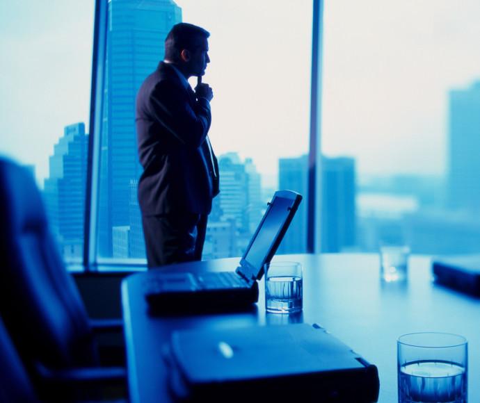 איש עסקים במשרד