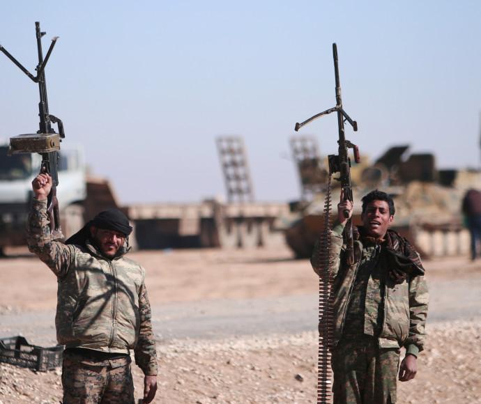 לוחמים סורים סביב העיר א-רקה