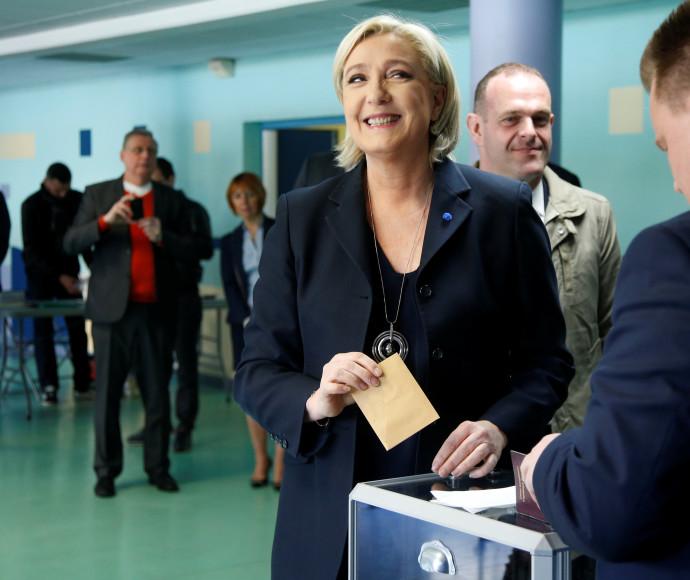 מארין לה פן מצביעה בקלפי בבחירות בצרפת