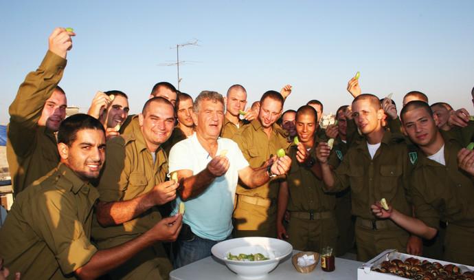 צביקה לוי עם חיילים בודדים